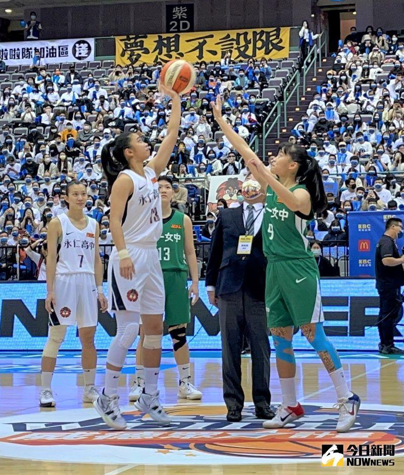 ▲HBL總決賽今(6)日在台北小巨蛋點燃戰火,邀請到衛生福利部部長陳時中開球。(圖/鍾東穎攝