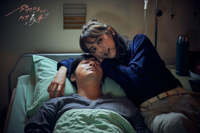 陳意涵飾演的夏芷陪伴宥勝飾演的武樹抗癌。(圖/可米傳媒提供)