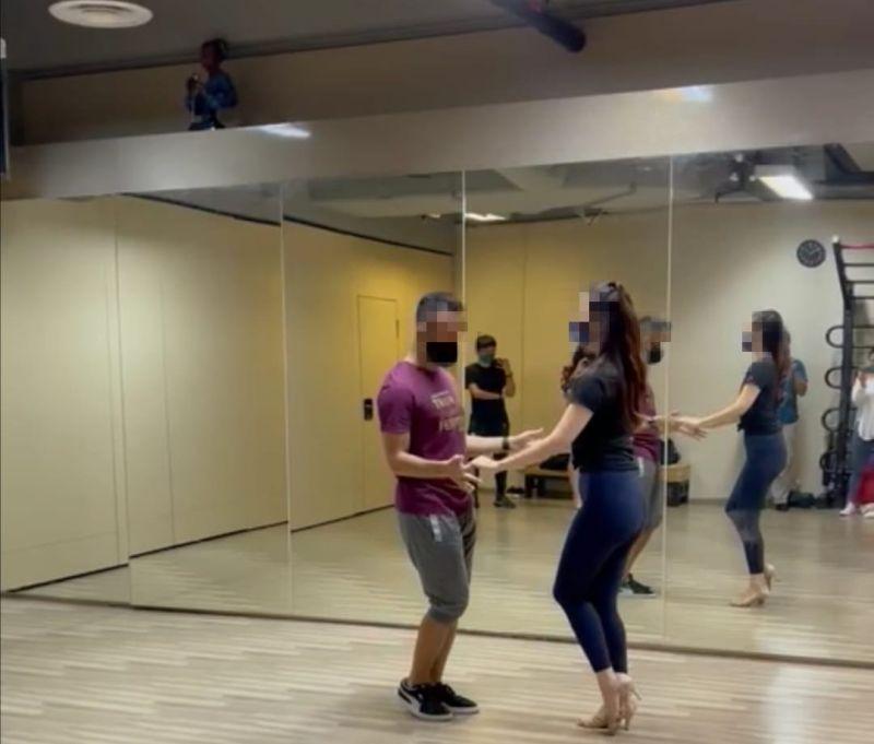 ▲網友分享一張在舞蹈教室所拍的照片,左上角的「人影」引發熱議。(圖/翻攝自《路上觀察學院》臉書)