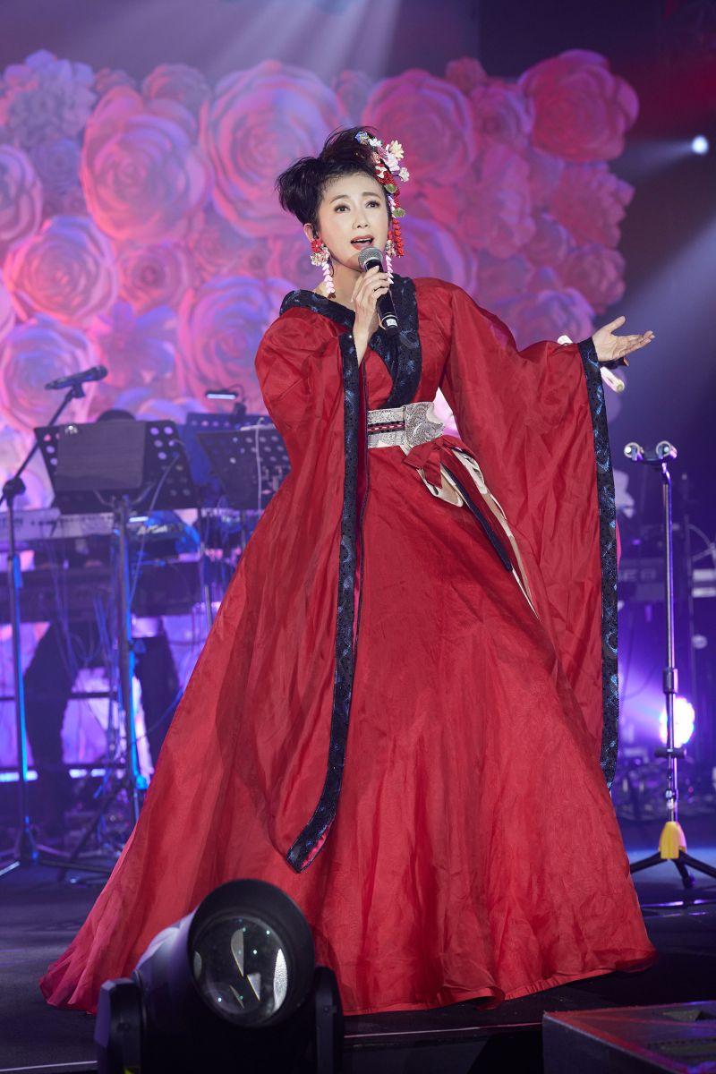▲周思潔穿紅色和服唱日文歌。(圖/萊格悠提供)