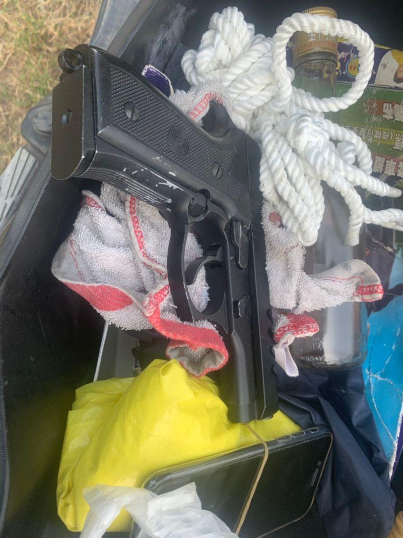 ▲警方在方嫌機車車箱查獲槍枝和童軍繩。(圖/翻攝畫面)