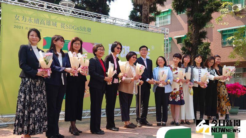 3月8日婦女節,市長陳其邁親自獻花感謝12位女首長。(圖/記者鄭婷襄攝,2021.03.08)