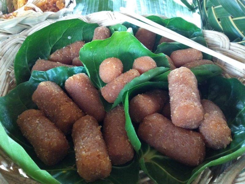 ▲跟香腸長的相似的傳統椰子糖,是到帛琉必吃的美食。(圖/帛琉觀光局)