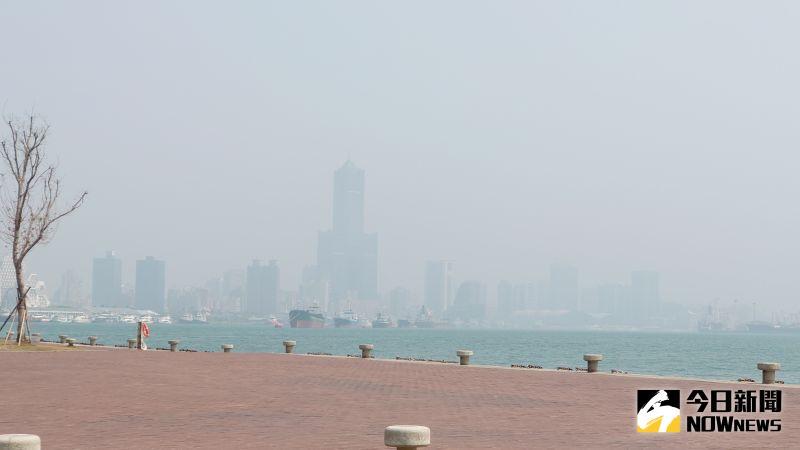 今日東北風持續偏弱,高雄空品不佳天空霧濛濛,高雄地標85大樓只看的到輪廓。(圖/記者鄭婷襄攝,2021.03.10)