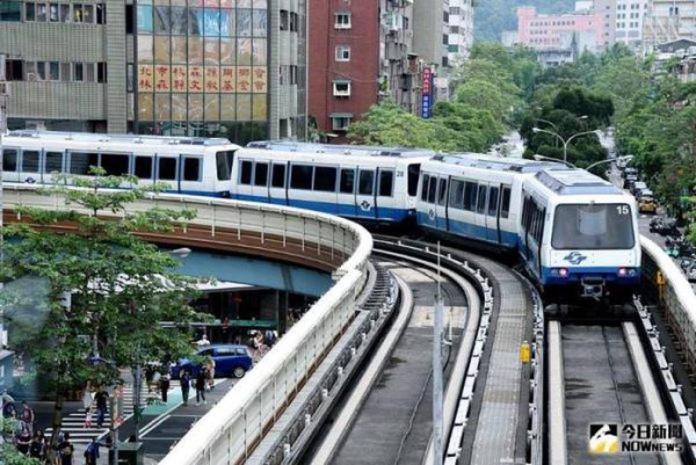 ▲通勤尖峰時期,捷運上的位置通常都是一位難求,對此,也有一名通勤族分享「2絕招」,表示「這樣馬上就有位置」。(圖/NOWnews資料照片)