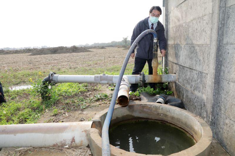 ▲台南市長黃偉哲今(10)日視察抗旱井。(圖/台南市政府提供)