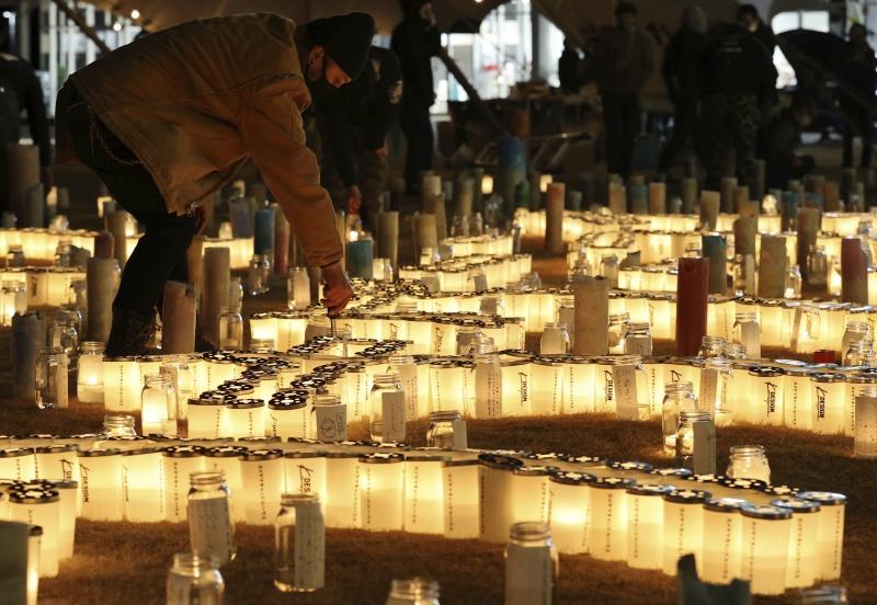 ▲10年過去了, 311大地震仍是許多日本人心中的痛。圖為今年民眾為罹難者燃燭祈福。(圖/美聯社/達志影像)