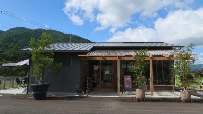 ▲MIKAMO喫茶店(みかも喫茶),店內展示各款式木屐,可以在這裡試穿木屐拍照留念。(圖/公關照片)