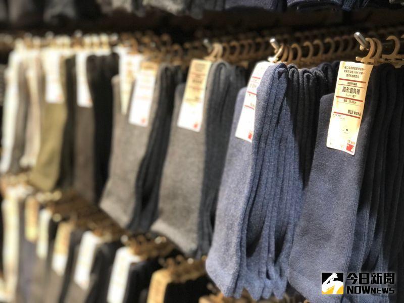 ▲日系品牌無印良品MUJI喊出「良質良值」降價運動,直角襪從120元下調到99元,加上系列活動3雙249元。(圖/記者劉雅文拍攝)