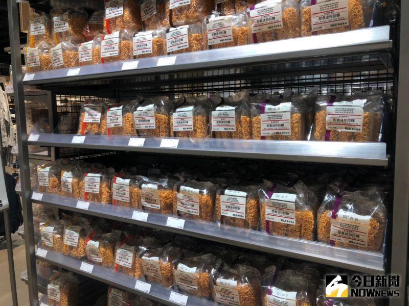 ▲日系品牌無印良品MUJI喊出「良質良值」降價運動,即時迷你拉麵系列還有蝴蝶碎餅系列,都從49元調降到39元,降幅20.4%。(圖/記者劉雅文拍攝)