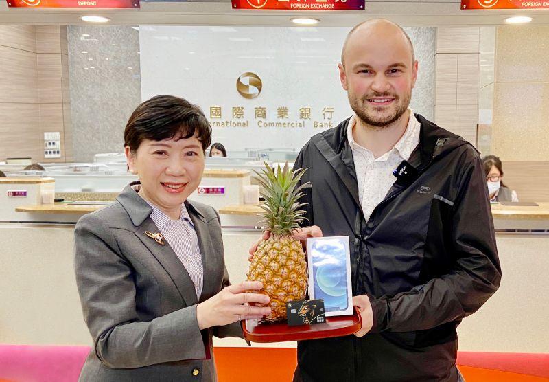 ▲徐瑞斐(Felix Steger)身為台北歐洲學校的外籍老師僅因為刷卡,幸運獲得兆豐國際商銀贈送的iPhone 12。(圖/兆豐商銀提供)