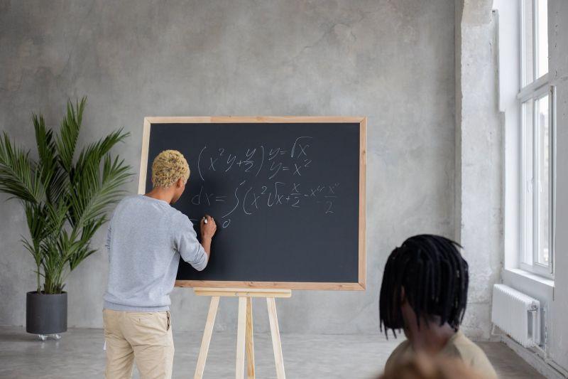 ▲原PO好奇,在普通學校沒用全英語上數學課,真的告得成嗎?(示意圖/翻攝自《pexels》