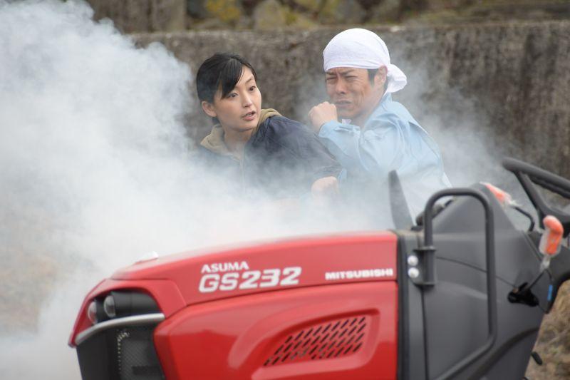 ▲片中,並木塔子(左)跟丈夫靠務農過活。(圖/暗光鳥電影)