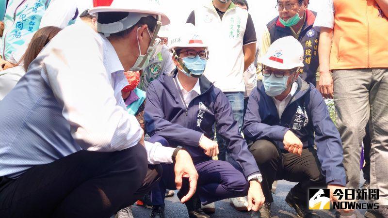 ▲高雄市長陳其邁今(12)日到海富路視察道路重新刨鋪的施工狀況。(圖/記者鄭婷襄攝,2021.03.12)