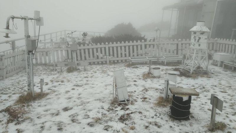 中央氣象局玉山站今(13)日下午1時25分開始下雪,下午2時已積雪0.7公分。(圖/中央氣象局提供)