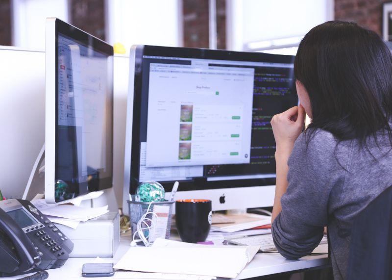 ▲一名女網友好奇「理工科畢業的女生會不會難找工作」,貼文一出,引起熱議。(示意圖,圖中人物與文章中內容無關/取自 pixabay )