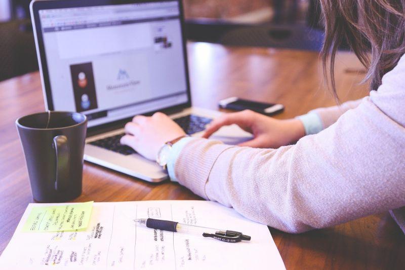 ▲一名女網友好奇「理工科畢業的女生會不會難找工作」。(示意圖,圖中人物與文章中內容無關/取自