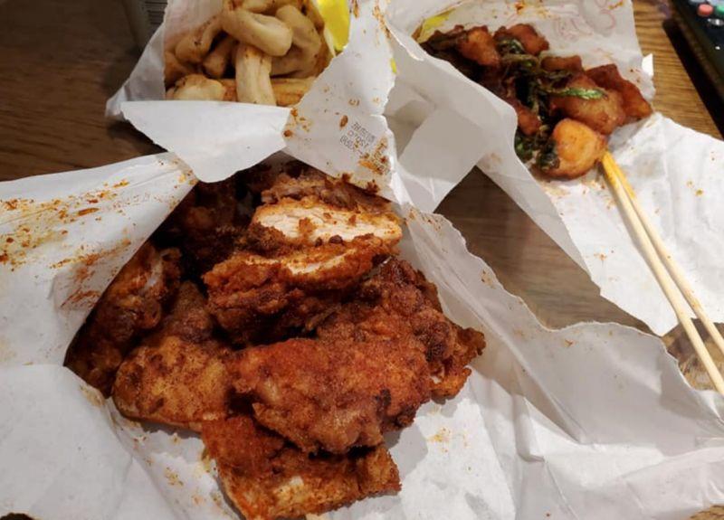 ▲鹹酥雞是許多人愛吃的食物之一,但大部分的鹹酥雞店都是用紙袋來裝填食物。(圖/爆廢1公社)