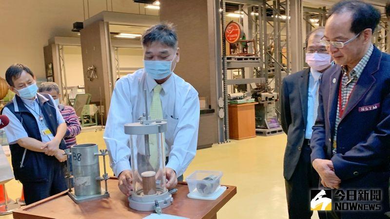 水利防災文物展 一樓高「大型三軸壓縮試驗儀」見證歷史