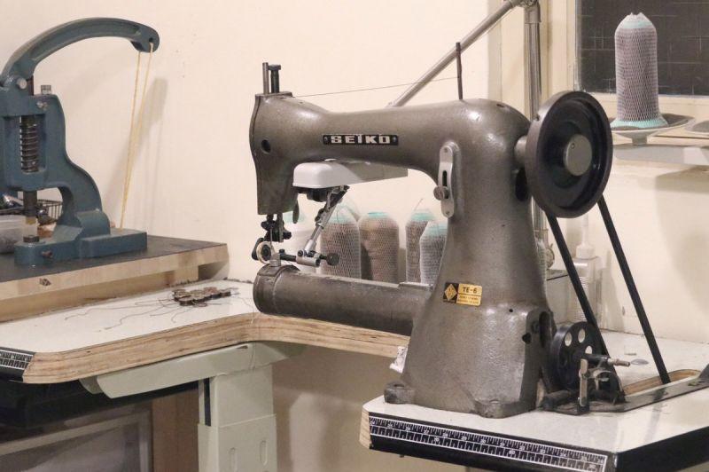 ▲工作室內展示執業中的二戰時代老車縫機。(圖/新北市政府文化局提供)