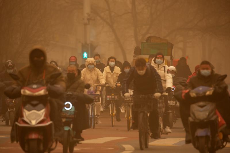 ▲由於空氣品質惡劣,外出者各個都必須戴口罩。(圖/美聯社/達志影像)