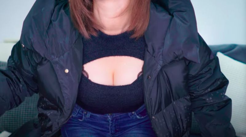 ▲網紅Youtuber奎丁實測「網美許願池」測試,穿上中空露出事業線的衣服,引發討論。(圖/奎丁YT)