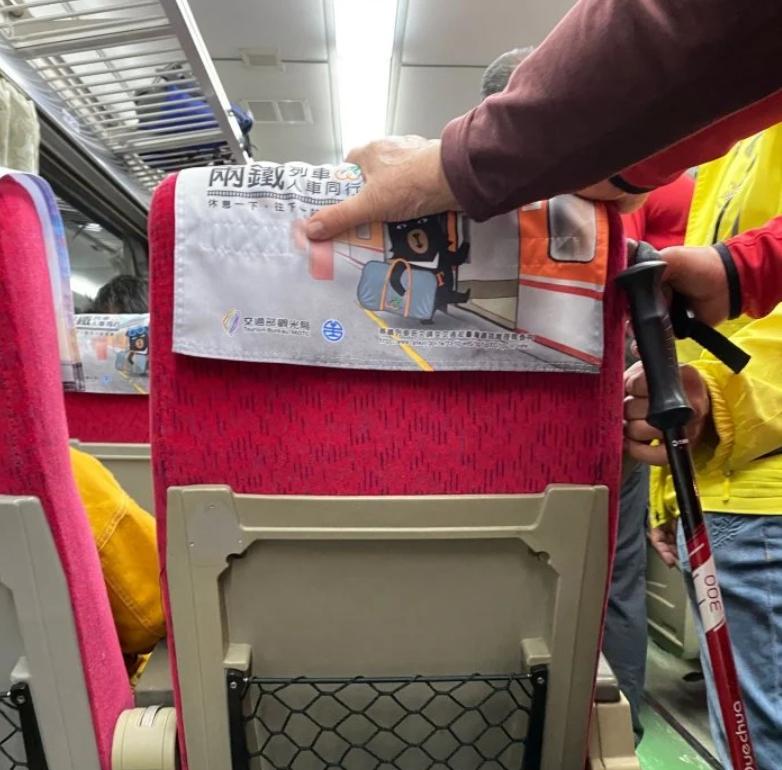 ▲原PO還遇到另名阿嬤將兩手放在前面乘客和自己的椅子上。(圖/翻攝Dcard)