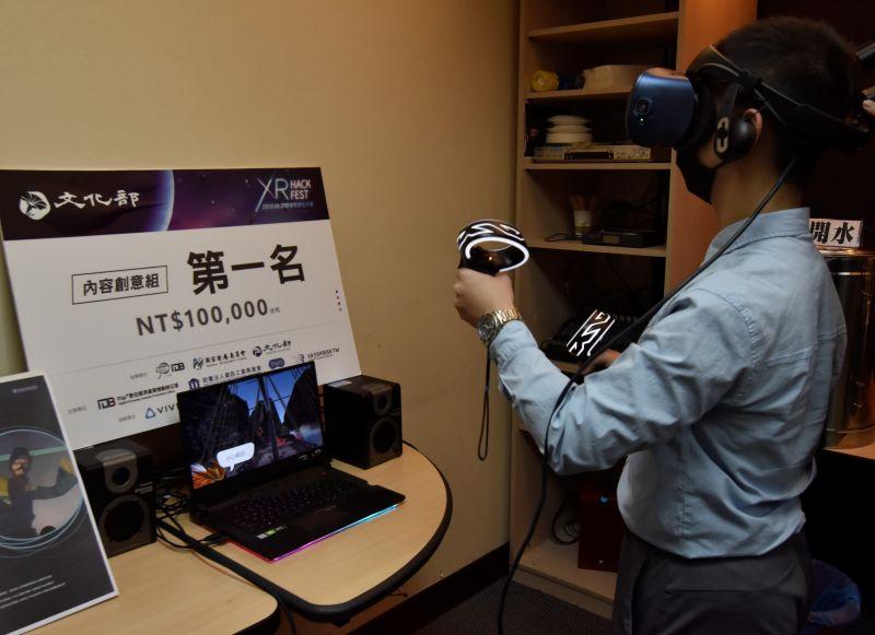 ▲智慧生活與科技學系一年級學生洪紹倫在記者會場體驗VR虛擬實境設備。(圖/華梵大學提供)