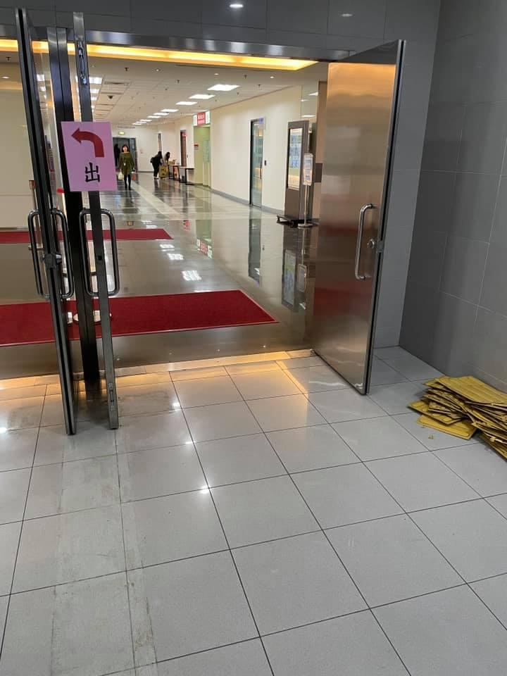 ▲事後,有網友經過該處,發現地上的盲磚已全遭工作人員拆除。(圖/翻攝自《路上觀察學院》