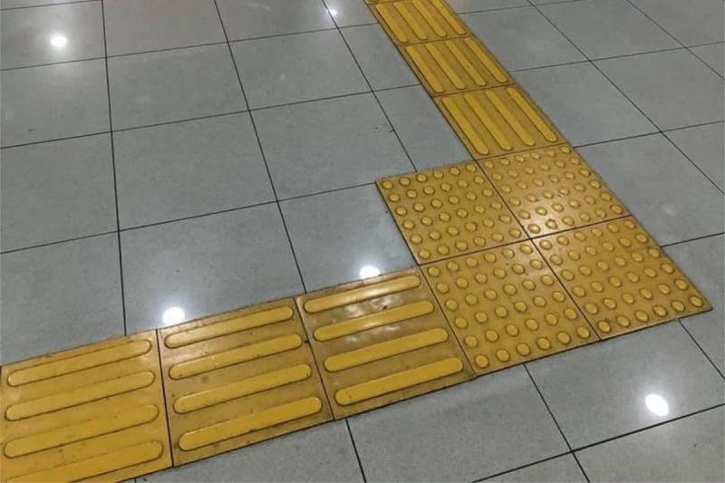 ▲有網友在某科技大樓裡,發現地上的盲磚竟會引導視障者撞門。(圖/翻攝自《路上觀察學院》 )