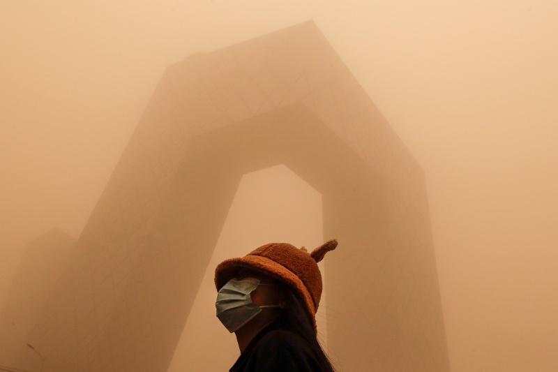 ▲強烈沙塵暴來襲,不只在蒙古國釀成死傷,中國北方也遭受這波惡劣天候影響,北京市15日一早便是昏黃一片。(圖/美聯社/達志影像)