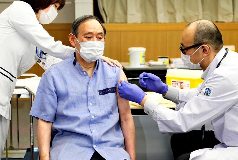 ▲日本首相菅義偉7日召開記者會說明延長緊急事態宣言至31日的理由。他表示,防疫關鍵是接種疫苗,要加速疫苗接種作業,目標是一天施打100萬劑。圖為他4月接種第一劑輝瑞新冠疫苗之照片。(圖/美聯社/達志影像)