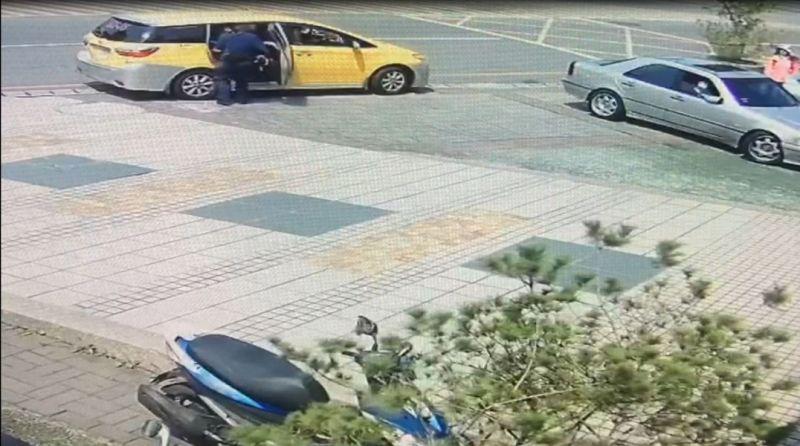 ▲警員吳鳳紋察看計程車上的患者是否需要先施用CPR或AED(圖/記者鄧力軍翻攝)