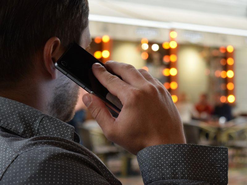 ▲若是表達「打電話」的動作,許多人都習慣比出「6」的手勢。(示意圖/翻攝自Pixabay)