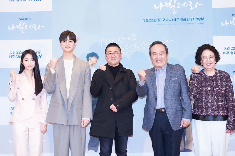 ▲洪承希(左起)、宋江、導演韓東化、朴仁煥、羅文姬出席記者會。(圖/Netflix)
