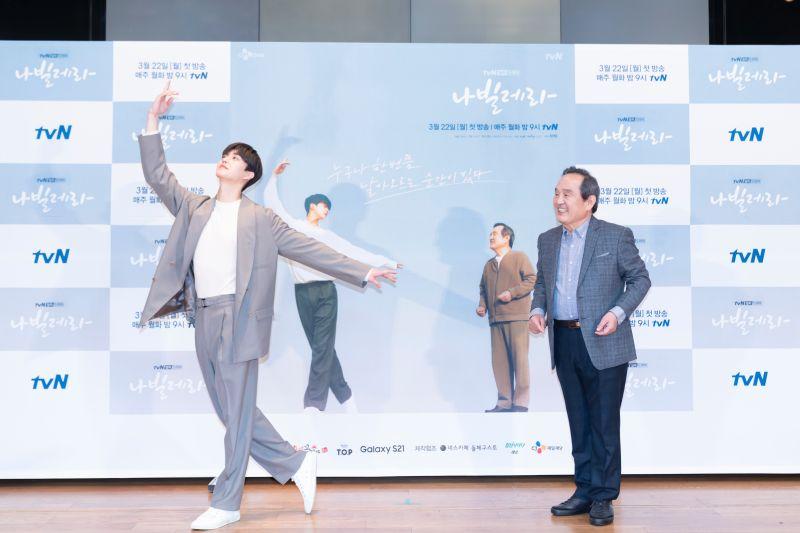 ▲宋江(左)與朴仁煥挑戰芭蕾舞者角色。(圖/Netflix)