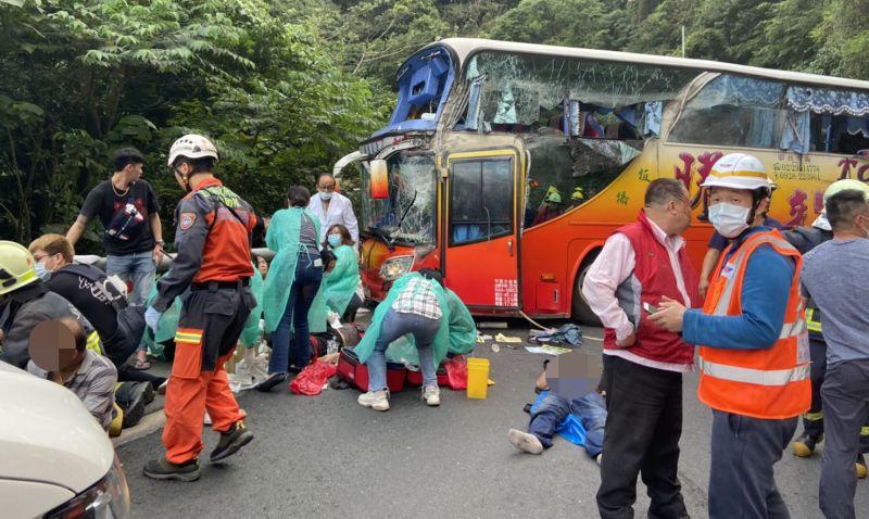 影/遊覽車撞山壁6死 蘇花公路預估21時前開放