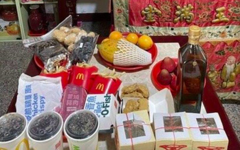 ▲網友分享自己家中祭拜逝去的爺爺買了麥當勞,背後原因曝光後引發熱議。(圖/Dcard)