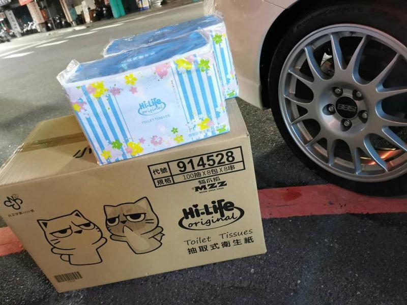 ▲除了蛋塔之外,同一時間連鎖超商萊爾富的衛生紙售價也疑出包,100抽8包的衛生紙竟只賣30元。(圖/翻攝自臉書《台灣達人秀》)