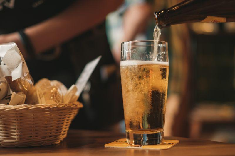 ▲不少人下班後就想揪朋友一起喝酒,排解壓力,對此也有網友好奇「什麼下酒菜最推薦」,貼文一出,引起熱議。(示意圖,圖中人物與文章中內容無關/取自unsplash)