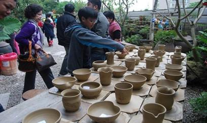 ▲賞完麥田風光,順道拜訪「趙家窯」,體驗結合「陶」與「麥」燒製而成的陶器。(圖/觀旅局提供)