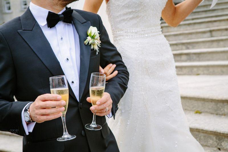 ▲大陸有對新人結婚時,竟把新郎與3名伴娘綁在電線桿上,拿藤條抽打。(示意圖,圖中人物與文章中內容無關/取自 pixabay )