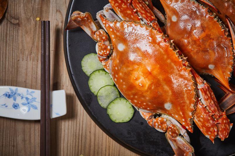 ▲一名女網友昨(17)日叫了烤鮭魚定食外送,豈料餐點一到,配菜竟是螃蟹一隻,讓她超驚喜。(示意圖/取自 pixabay )