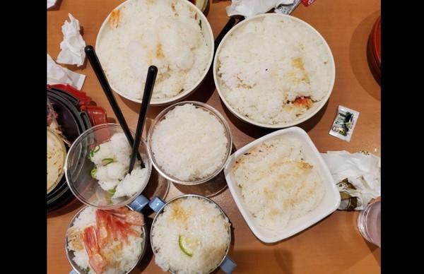 ▲員工爆料不少鮭魚來吃免錢的,但卻留下一堆廚餘。(圖/噗浪)