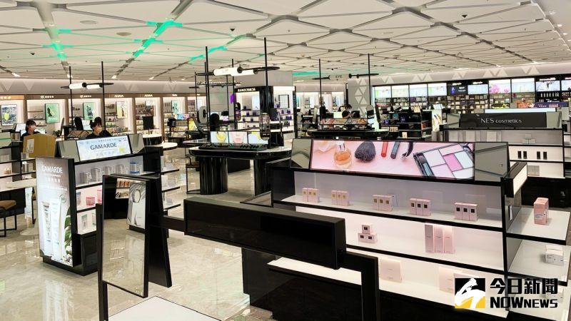 ▲iGlamour 打造彩妝、保養、香氛、髮品及美妝小物五大專區,寬敞明亮的空間有逛免稅店的偽出國感。(圖/記者陳美嘉攝,2021.03.19)