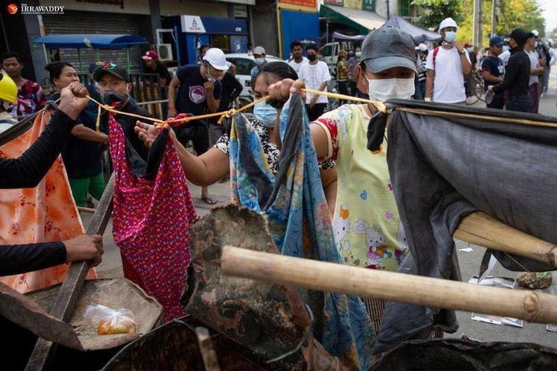 ▲示威者在示威前線搭起長長的曬衣繩,並在上面掛滿籠基(longyi)、紗籠(Sarong)等女性衣物,以阻擋軍方靠近。(圖/翻攝自臉書)