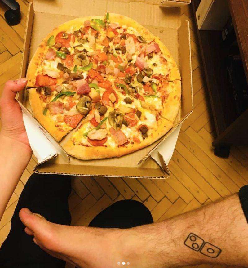 ▲許多俄羅斯民眾跑去刺青換披薩。(圖/翻攝自@not_real_snork的IG)