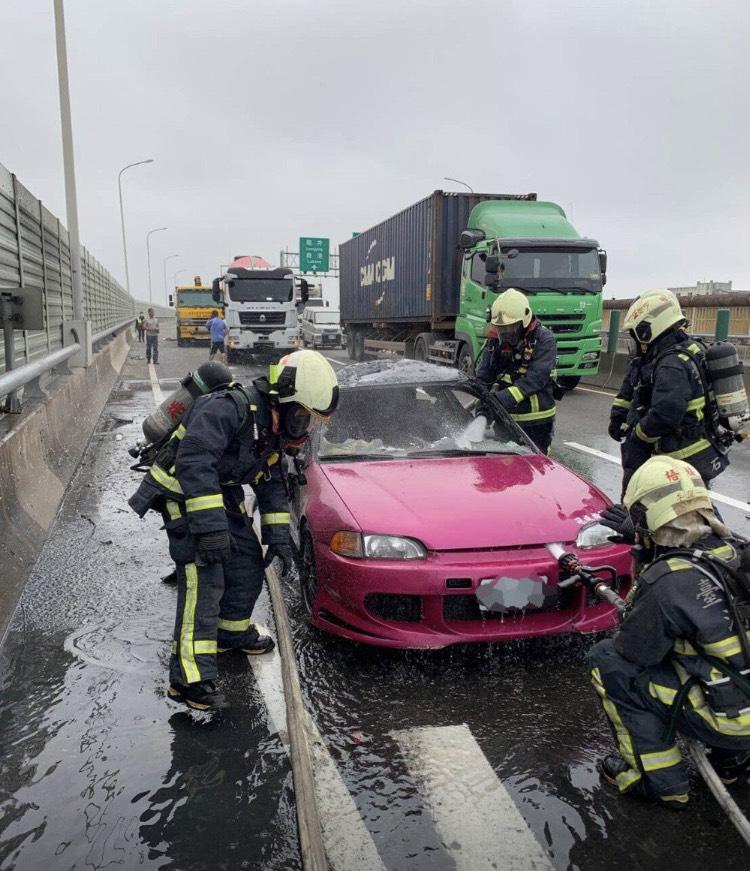 ▲西濱公路今日發生重大車禍,車禍後起火,釀3死1傷。(圖/台中市消防局提供)