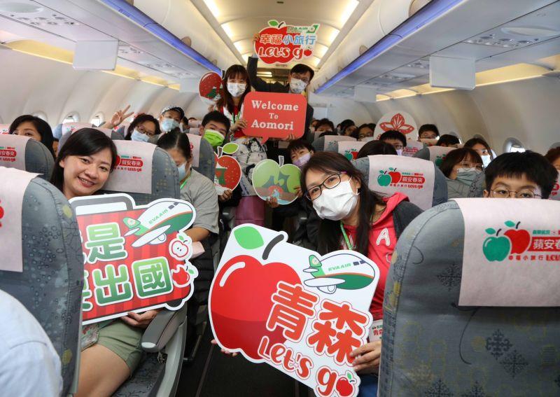 ▲機上特別使用以青森蘋果設計的枕頭套及頭墊布佈置凸顯航班特色。(圖/)