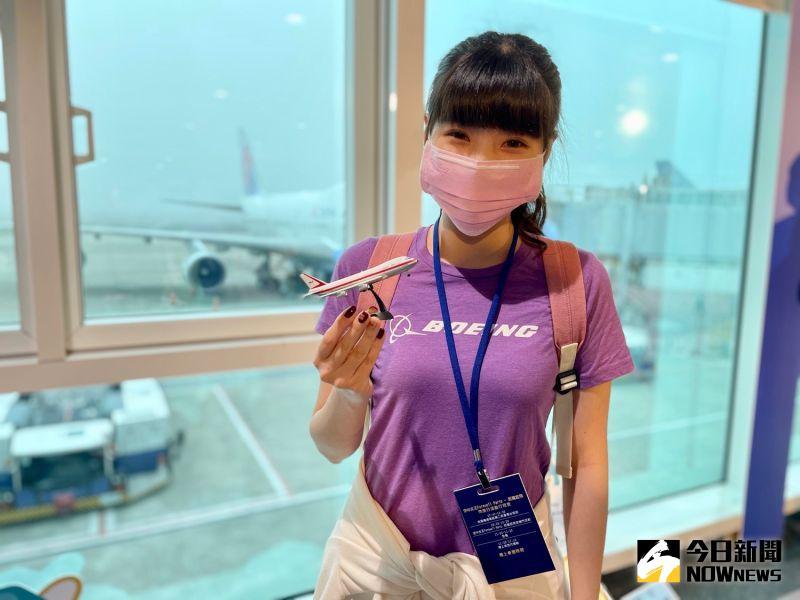 ▲航空迷蘿倫特地穿著波音紀念上衣,還自備迷你747模型要來跟本尊大合照。(圖/記者陳致宇攝)
